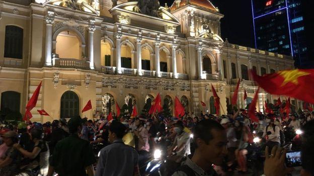Người dân xuống đường ăn mừng ở TPHCM ngay sau trận bán kết 23/1