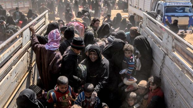 Women and children evacuated from the last IS-held village of Baghuz arrive at a screening area (6 March 2019)