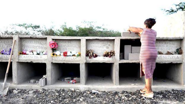 Sonia Bermúdez en una de las bóvedas en las que entierra a los difuntos que acoge.