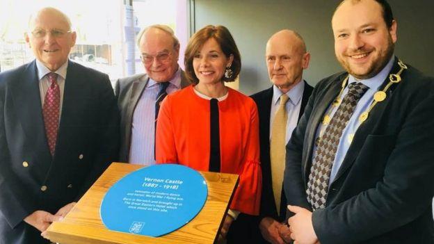 Darcey Bussell unveils plaque to dancer Vernon Castle - BBC News