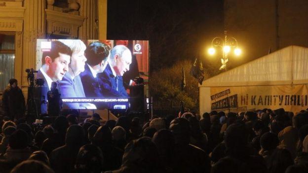 Участники протеста в Киеве смотрели пресс-конференцию на экране перед офисом президента Украины