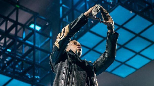 เจย์ ซี เป็นหนึ่งในบรรดานักร้องแนวฮิปฮอปที่ชูมือทำสัญลักษณ์สามเหลี่ยมของอิลลูมินาติ ระหว่างการแสดงคอนเสิร์ต
