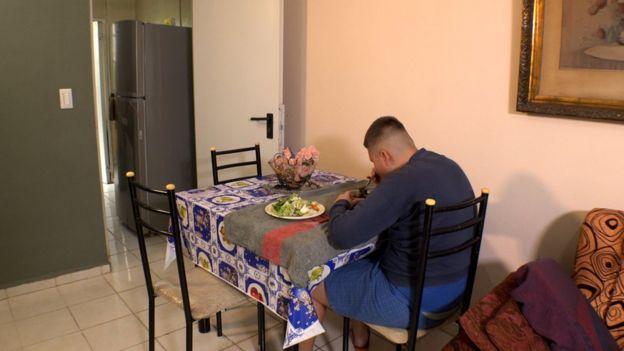 Christian comiendo.