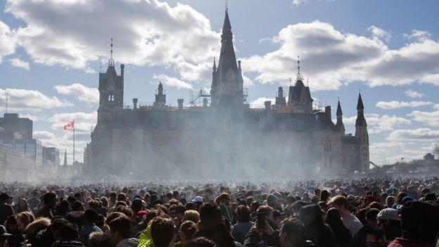 """حامیان آزادی ماریجوآنا با دود سیگاریهای خود پارلمان را در مه فرو بردهاند. تجمع روز """"ملی"""" ماریجوآنا آوریل امسال در اوتاوا"""