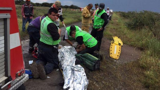 Un herido es asistido en el lugar del accidente