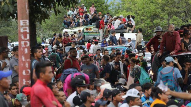 Dezenas de imigrantes esperando liberação na Guatemala
