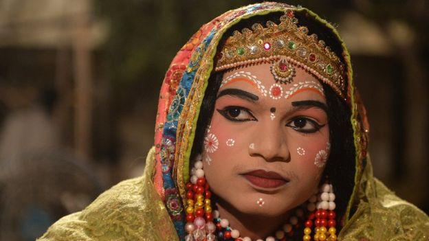 মুম্বাই-এ 'রামলীলা' মঞ্চ নাটকে হিন্দু দেবতা রামের স্ত্রী সিতার রূপে একজন শিল্পী।
