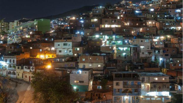 کراکس کی ایک غریب آبادی میں رات کا منظر