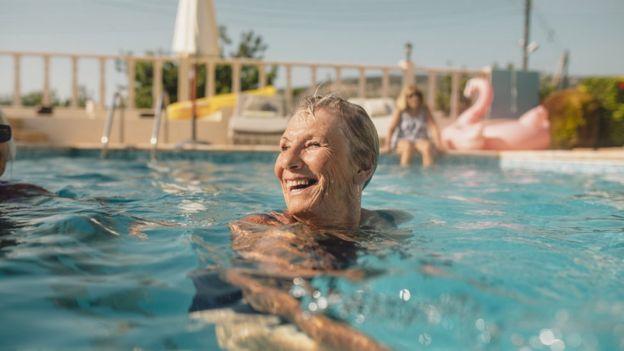 Anciana en una piscina