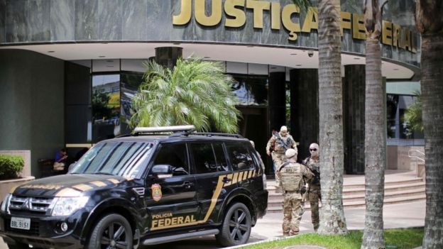 Carro da PF do lado de fora prédio da Justiça Federal, em Curitiba