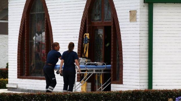 Paramédicos entrando a la escuela con una camilla