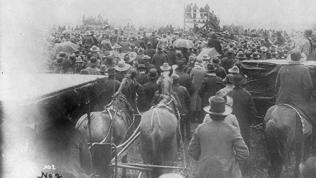 Multidão acompanha linchamento de homem negro no Texas, em 1893