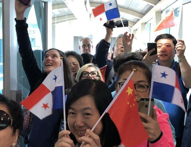 期盼旅遊大軍:2018年4月5日,巴拿馬總統巴雷拉率經貿旅遊官員迎接中國國際航空北京-休斯敦-巴拿馬航線首航班機抵達。郭篤為攝影