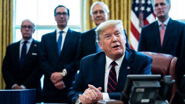 Tổng thống Trump ký ban hành luật trợ giúp dân và các ngành nghề bị ảnh hưởng bởi nạn dịch hôm 27/3