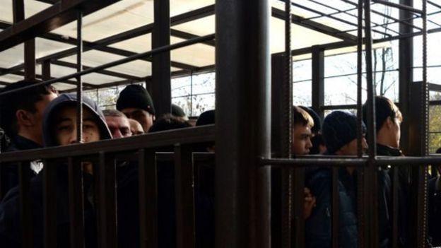 Россия полицияси томонидан ушланган мигрантлар
