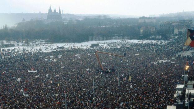 Manifestação em Praga, na antiga Tchecoslováquia, em 25 de novembro de 1989
