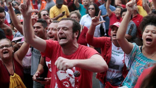 Lula supporters demonstrate against the arrest order - 6 April