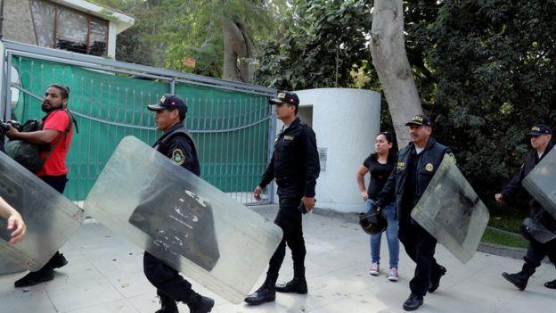 Policías rodeando la casa de Alberto Fujimori.