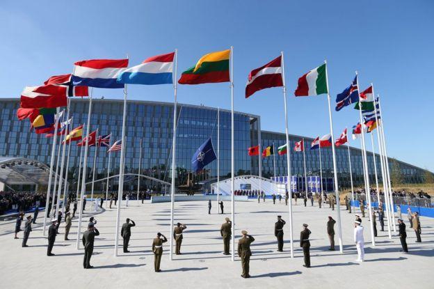 Las banderas de los países miembros de la OTAN ondean en su nueva cuartel general.