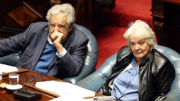 Lucia Topolansky , sentada junto a su esposo el expresidente Jose Mujica.
