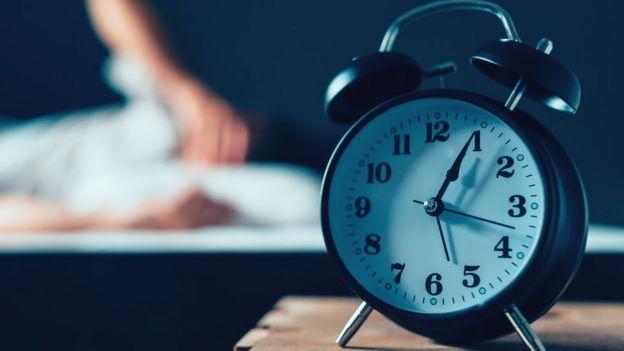 Reloj y persona durmiendo