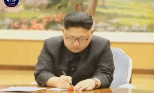 Ким Чен Ын подписывает указ