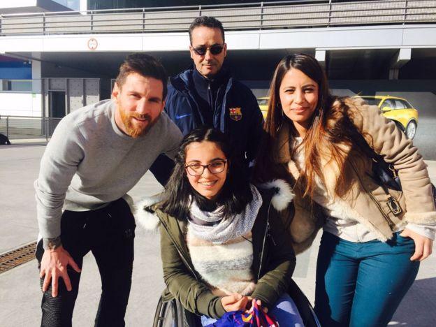 نوجين وأختها أثناء لقائها مع فريق برشلونة