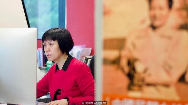 Sutradara Louisa Wei menyunting film barunya — dengan latar poster Esther Eng.