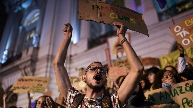 Ativista protesta no Rio contra incêndios na Amazônia