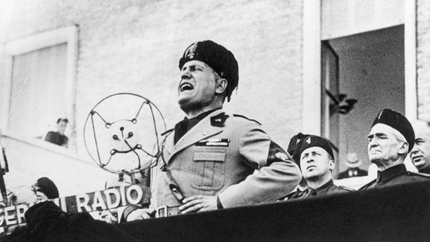 Benito Mussolini dando un discurso