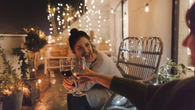 Dos mujeres tomando una copa de vino