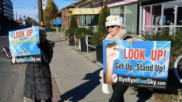 Suzanne Maher con pancartas de Bye Bye Blue Sky (Foto: Suzanne Maher)