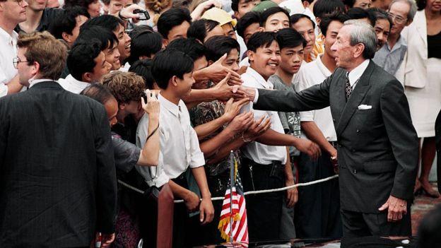 Nhiều người ở Hà Nội đón chào nhà ngoại giao Mỹ năm 1995