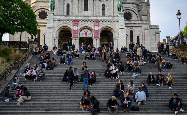 Personas en las escaleras del Sagrado Corazón en París.