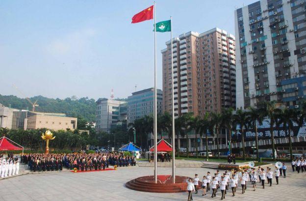 澳门金莲花广场举行升国旗仪式(中新社资料图片)
