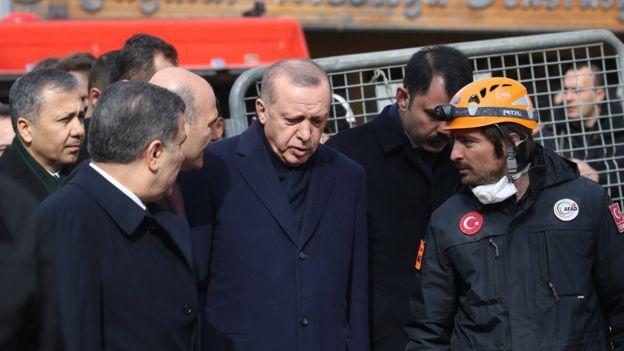 Cumhurbaşkanı Erdoğan, beraberindeki heyetle enkaz alanında incelemelerde bulundu.
