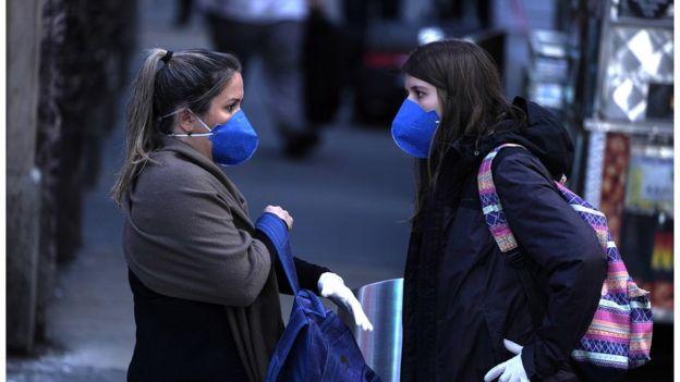 美國紐約市宥有市民戴口罩出門。