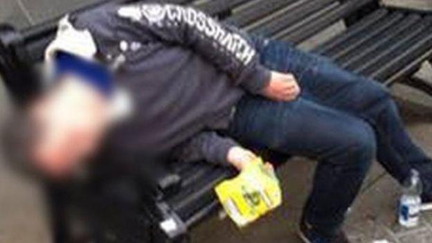 Hombre desplomado sobre un banco