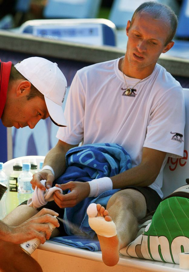 Davydenko receiving treatment on his foot, on 2 August 2007