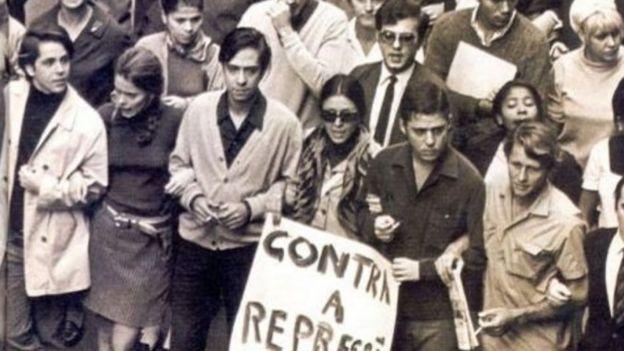 Artistas em passeata nos anos 1960