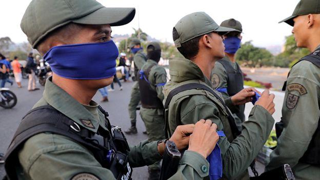 Militares venezolanos en el distribuidor Altamira frente a La Carlota, Caracas.