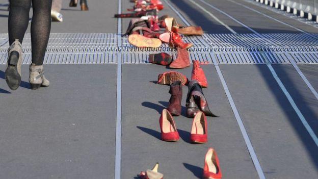 Öldürülen kadınları temsilen kullanılan ayakkabılar