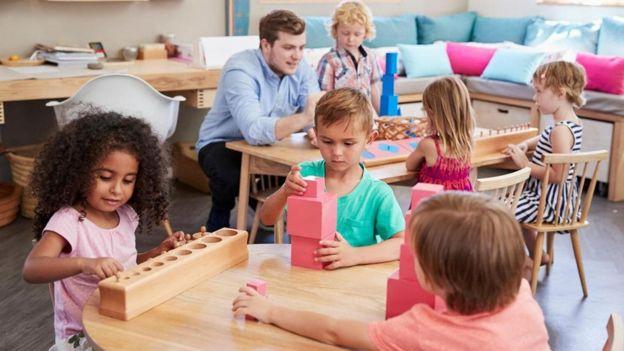 Niños jugando en en un aula de clases.