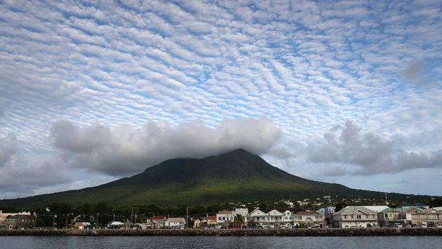 Облака над вулканом на Сент-Китс и Невис