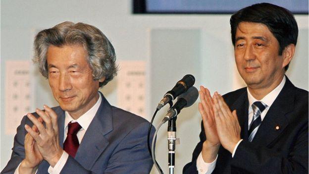 安倍晋三(右)与小泉纯一郎(左)(20/9/2006)