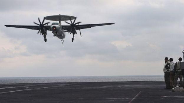 一架在卡尔文森号降落的E-2鹰眼早期预警机(资料图片)