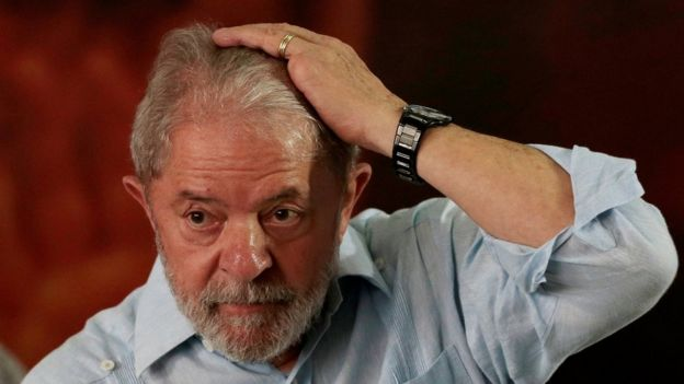 Lula com a mão na cabeça