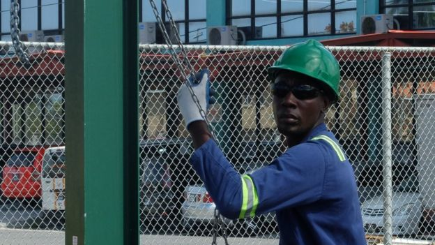 Un hombre trabaja en la industria petrolera en Guyana.
