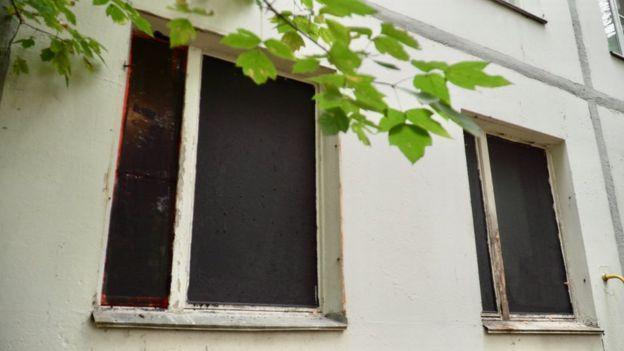 В некоторых пустых квартирах в Конькове нет окон, это нарушает тепловой контур дома. Оставшиеся жители жалуются на холод в квартирах