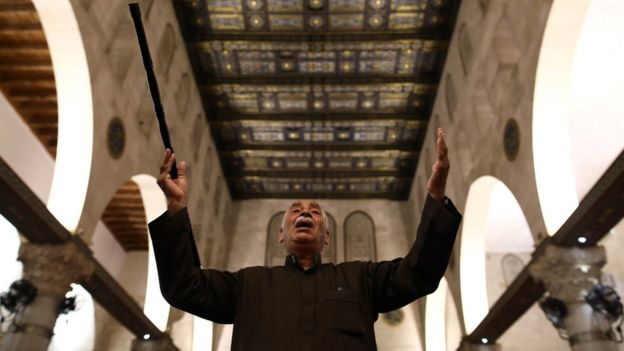 رجل يدعو داخل المسجد الأقصى